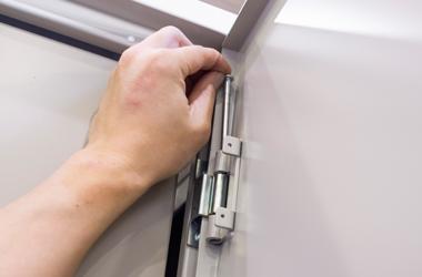 扉の開閉方向は工具を用いてスピーディに変更できます。